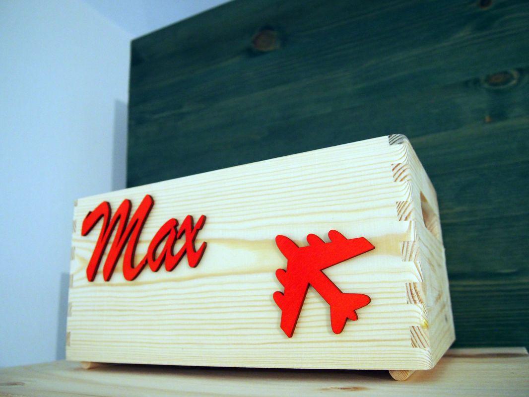 Dřevěná bedýnka se jménem a letadlem