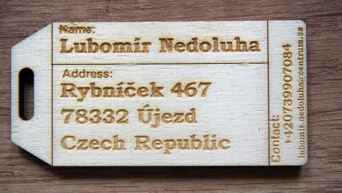 Dřevěná jmenovka na zavazadlo