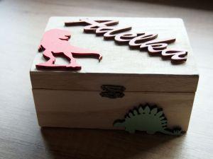 Dřevěná zavírací krabička s dinosaury
