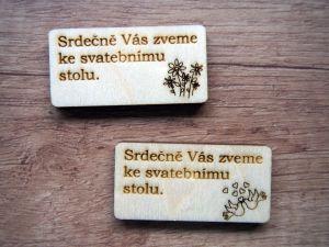 Pozvánka ke svatebnímu stolu dřevěná