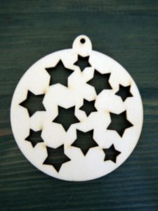 Dřevěná vánoční ozdoba baňka s hvězdami