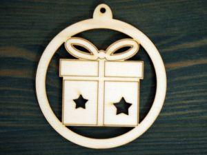 Dřevěná vánoční ozdoba dárek v kruhu