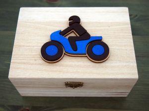 Dřevěná zavírací krabička motorka