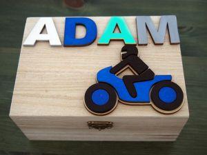 Dřevěná zavírací krabička se jménem a motorkou