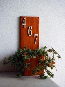 Dřevěný držák na květináč s domovním číslem