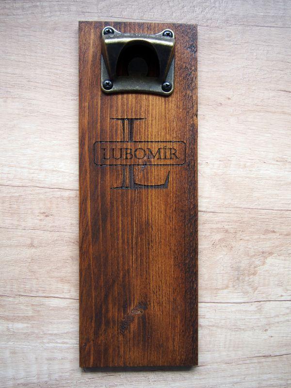 Dřevěný otvírák lahví na zeď na míru jednoduchý