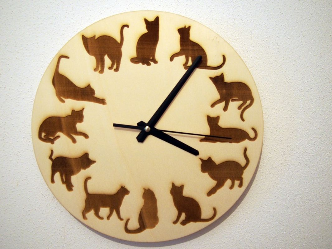 Nástěnné dřevěné hodiny s kočkami