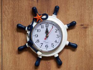 Nástěnné hodiny v námořnickém stylu - kormidlo