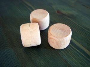 Kulatá dřevěná krabička na šperky s věnováním