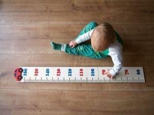 Dětský dřevěný metr na zeď s autem