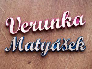 Dřevěná jmenovka, výřez jména s barevným pozadím