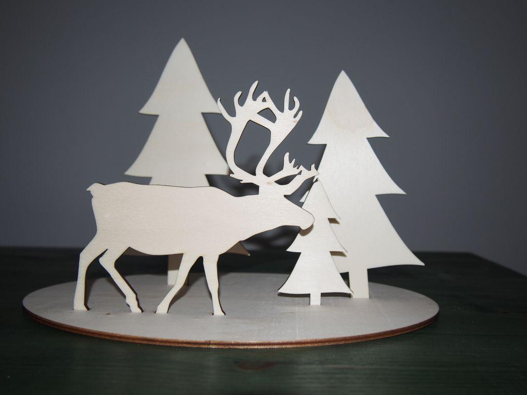 Dřevěná vánoční dekorace sob v lese