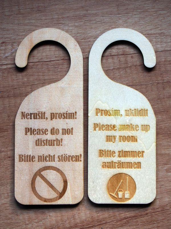 Dřevěná visačka na dveře NERUŠIT/UKLIDIT