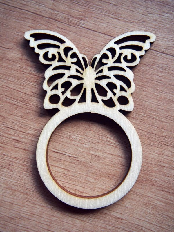 Dřevěný kroužek na ubrousky motýl