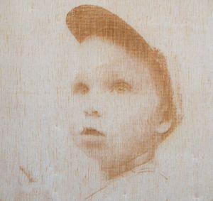 Fotografie gravírované do dřeva a fotorámečky