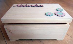 Dřevěná bedýnka se jménem a kytičkami