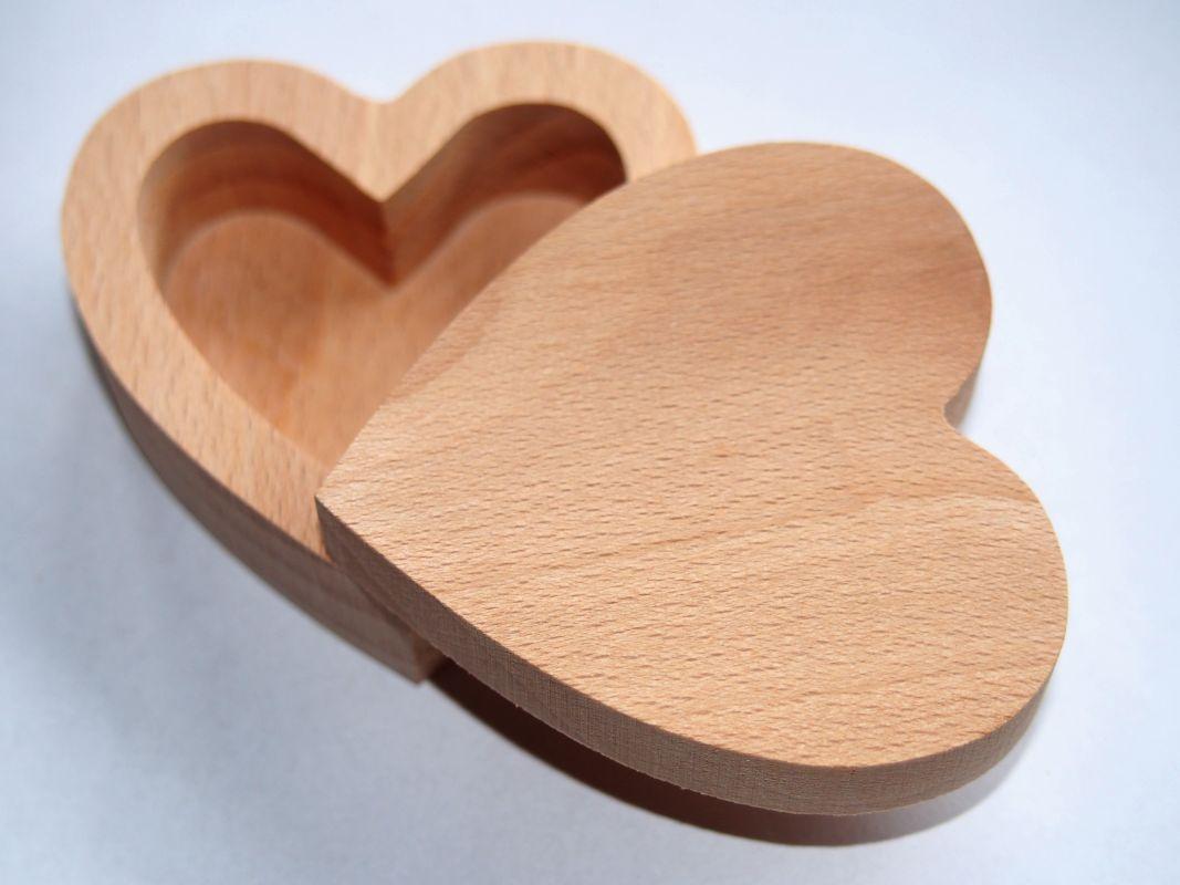 Dřevěná krabička na prsten srdíčko