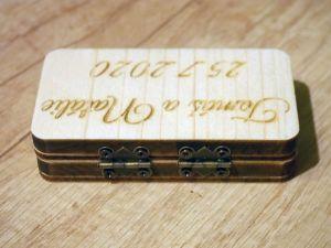 Dřevěná krabička na snubní prstýnky gravírovaná