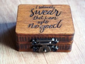 Dřevěná krabička na (zásnubní) prsten na zakázku