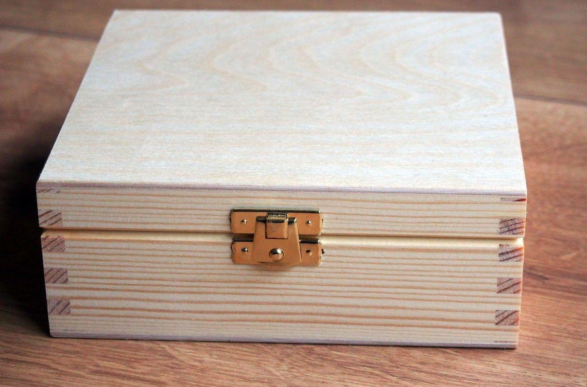 Dřevěná zavírací krabička 16x16x6cm