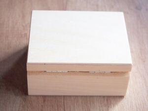 Dřevěná zavírací krabička s červeným polstrováním 10x8x5cm