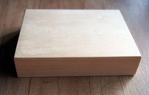 Dřevěná zavírací krabička s červeným polstrováním 16x12x3,5cm