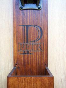 Dřevěný otvírák lahví na zeď na míru s přihrádkou na vršky