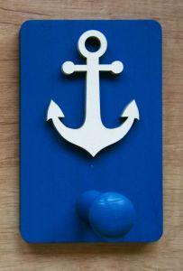 Dřevěný vešáček s námořnickými motivy