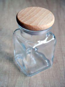 Skleněná kořenka s dřevěným víčkem