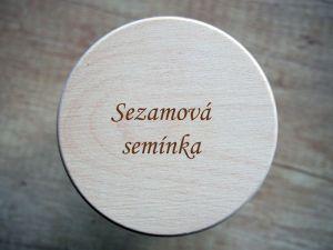 Sklenička uzavíratelná s dřevěným víčkem s gravírováním