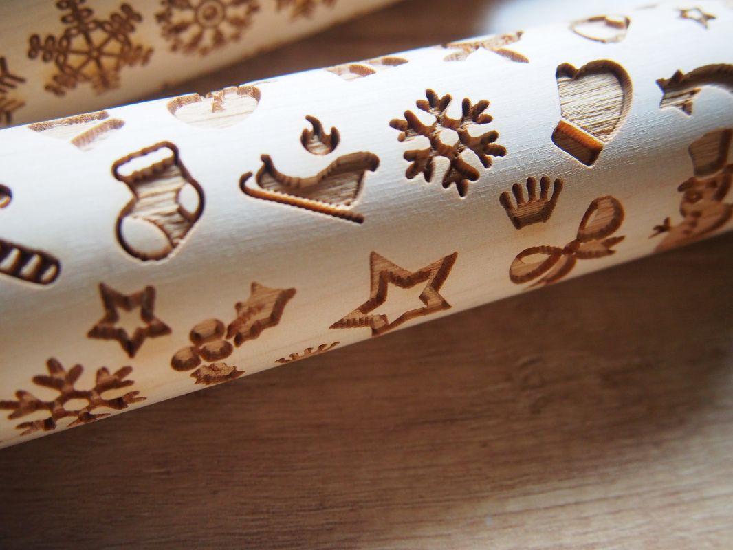 Váleček na těsto s vánočním vzorem