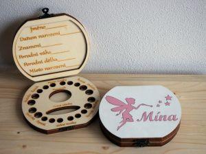 Dřevěná krabička na mléčné zoubky s českými popisky s vílou a jménem barevná