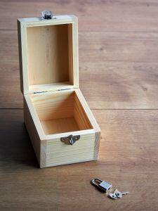 Dřevěná pokladnička zámeček s klíčkem