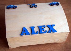 Dřevěná truhlička se jménem a autíčky