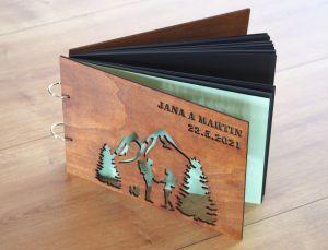 Fotoalbum s dřevěnými deskami pár dobrodruhů